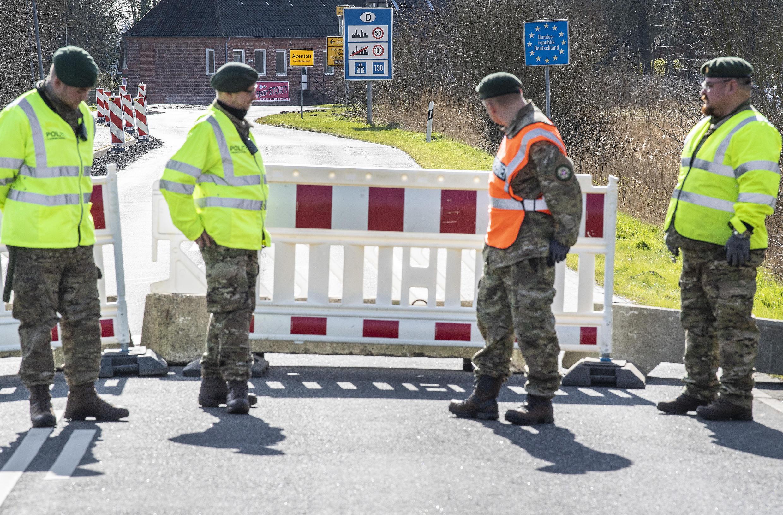 La policía verifica en Moelleux, Dinamarca, el 14 de marzo de 2020, el día después del anuncio del cierre de las fronteras para luchar contra el coronavirus.