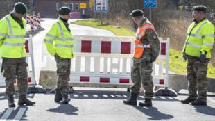 Contrôle de police à Moellehus, au Danemark le 14 mars 2020, au lendemain de l'annonce de la fermeture des frontières pour lutter contre la pandémie de Covid-19.