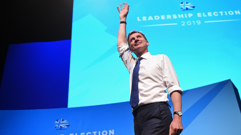 El secretario de Asuntos Exteriores, Jeremy Hunt, hace un gesto hacia la audiencia después de hablar en un evento sobre el liderazgo del Partido Conservador en Birmingham, en el centro de Inglaterra, el 22 de junio de 2019.