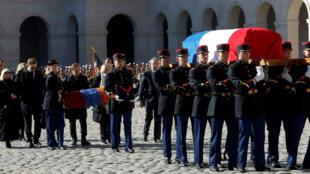 Los familiares del cantante francés, Charles Aznavour, acompañan el féretro con sus restos mortales durante el homenaje nacional celebrado en París, Francia. El 5 de octubre de 2018.