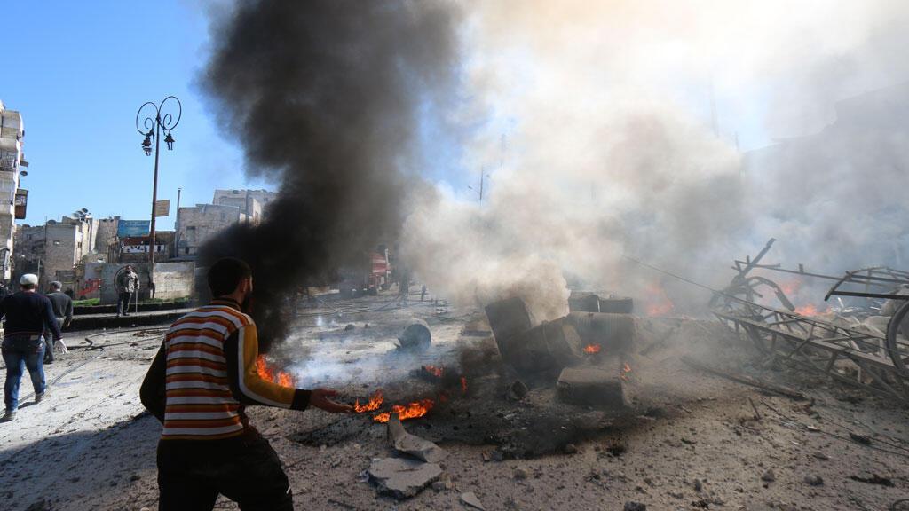 Un baril d'explosifs s'abat sur un quartier rebelle d'Alep, le 5 mars 2015.