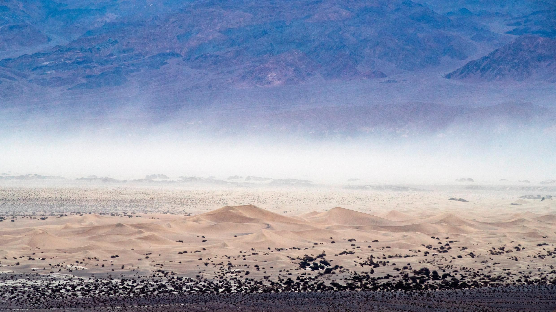 Las dunas de arena de Mesquite Flat se ven desde el Mosaic Canyon en Death Valley, California, EE. UU., 01 de junio de 2019, reeditado el 17 de agosto de 2020.