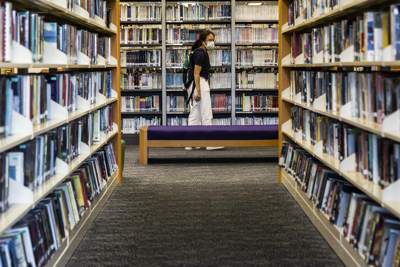 Una biblioteca de Hong Kong el 4 de julio de 2020. Los libros de autores que defienden los valores democráticos comenzaron a ser retirados de los recintos.