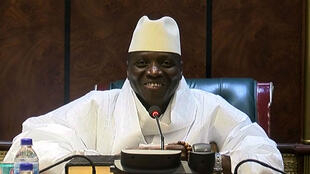 Yahya Jammeh, souriant, concède sa défaite à l'élection présidentielle en direct à la télévision, le 2 décembre.