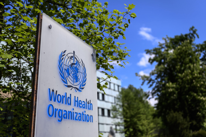 Un logotipo de la Organización Mundial de la Salud (OMS) situado junto a su sede central, el 24 de abril de 2020 en la ciudad suiza de Ginebra