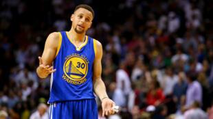 En réussissant 12 tirs primés, samedi 27 février 2016, pour porter son total à 288 sur la saison, Stephen Curry a déjà battu, après seulement 58 matches, son record du plus grand nombre de tirs à trois-points sur une saison.