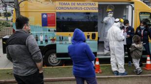 Colas para someterse a pruebas de COVID-19 en un puesto del Ministerio de Salud en Santiago de Chile, el 10 de julio de 2020