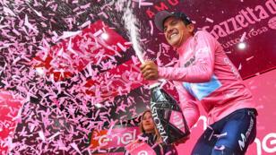 El ecuatoriano Richard Carapaz celebra el liderato del Giro de Italia en el podio. Courmayeur, Italia, 25 de mayo de 2019.