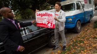 Malik Burnett (à g.) et Adam Eidenger, vice-président et président de DC Cannabis Campaign.