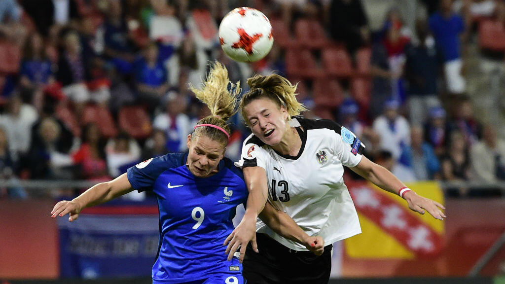 La Française Eugénie Le Sommer et l'Autrichienne Virginia Kirchberger lors de l'Euro-2017 de football aux Pays-Bas, le 22 juillet 2017.