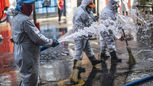 Un grupo de trabajadores municipales desinfectan las calles de Lima, el 30de abril de 2020