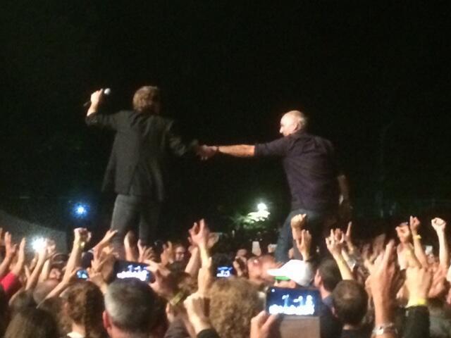 Le chanteur Cali et l'ancien candidat à la présidentielle, Philippe Poutou portés par le public.