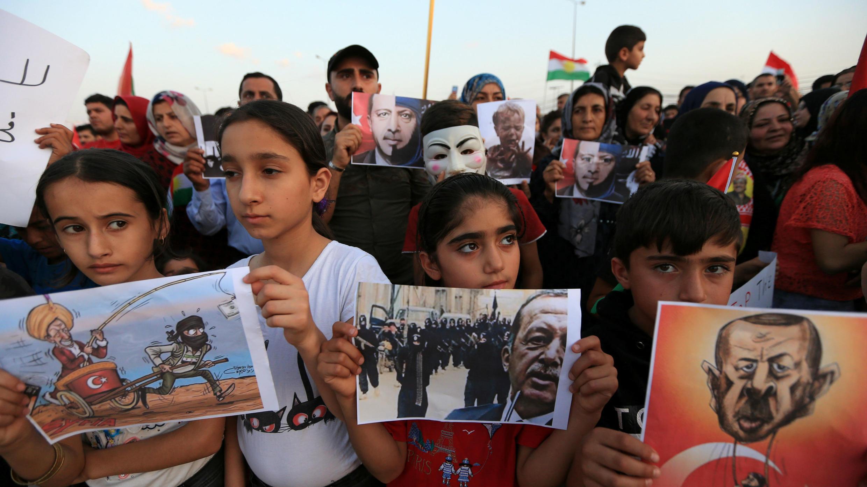 Refugiados sirios protestan contra la ofensiva turca durante una manifestación en el campo de refugiados de Domiz en las afueras de Dohuk, Iraq, 12 de octubre de 2019.