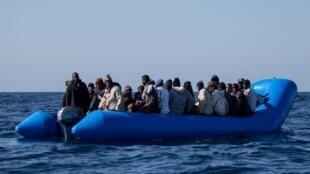 Un bateau pneumatique avec 47 migrants à bord, avant d'être secouru par le navire Sea Watch 3, au large des côtes libyennes, le 19 janvier 2019.