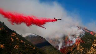 Des pompiers combattent un incendie au Salvation Army Camp, le 10 novembre 2018, à Malibu en Californie.