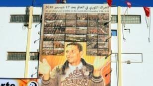 محمد البوعزيزي البائع التونسي المتجول الذي أضرم النار في نفسه مطلقا شرارة الربيع العربي