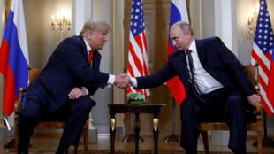 El presidente estadounidense, Donald Trump, y su homólogo ruso, Vladímir Putin, se estrechan la mano tras su reunión en Helsinki. 25 de julio de 2018.