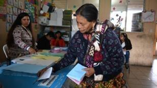 Une habitante de San Pedro Sacatepuez, au Guatemala, lors de son vote pour les élections générales le 16 juin 2019.