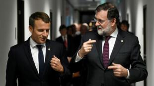 El presidente francés, Emmanuel Macron y el jefe del Gobierno español, Mariano Rajoy, llegan juntos a la cumbre de líderes europeos en Bruselas.