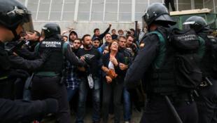 Partidarios de la independencia de Cataluña protegen un colegio electoral de la policía española. Barcelona, España. 1 de octubre de 2017.