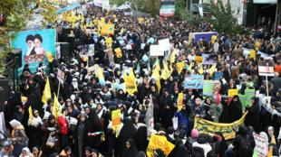 Cientos de iraníes asisten a una manifestación contra Estados Unidos, que marca el 40 aniversario de la toma de la embajada de EE. UU. en Teherán, cerca de la antigua sede diplomática, el 4 de noviembre de 2019.