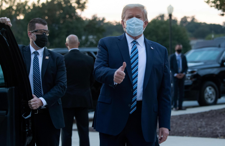 El presidente de Estados Unidos, Donald Trump, tras salir del hospital Walter Reed, en Washington, EE. UU., el 5 de octubre de 2020.