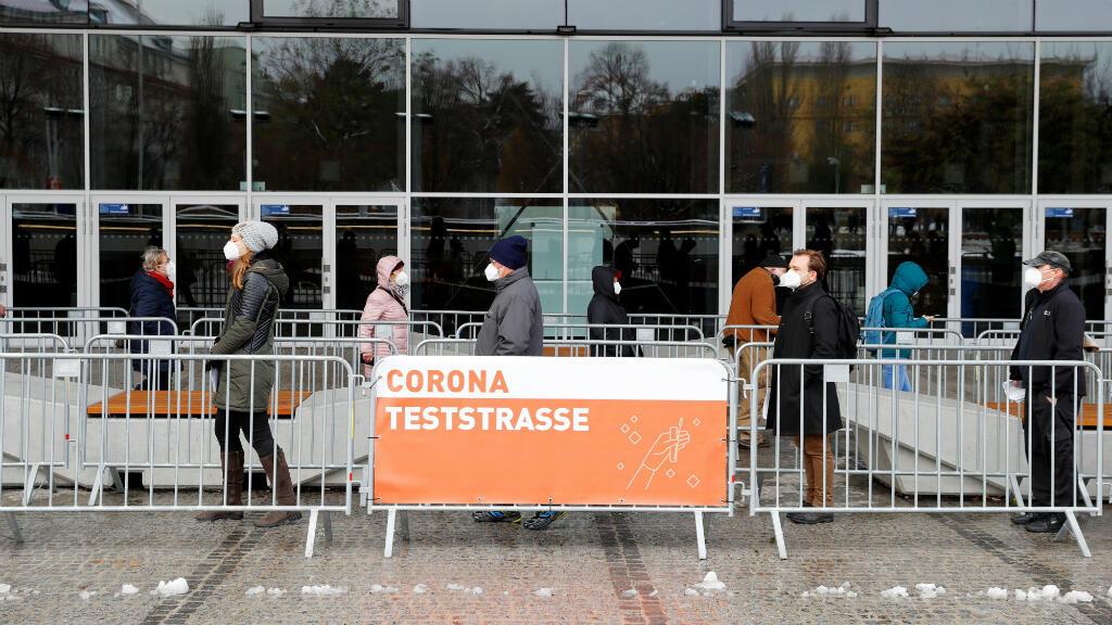 Personas hacen cola antes de una prueba masiva de coronavirus en Viena, Austria, el 4 de diciembre de 2020.