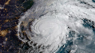 Esta imagen del satélite de la Administración Nacional Oceánica y Atmosférica (NOAA) tomada a las 12:42 UTC del 14 de septiembre de 2018 muestra el huracán Florence golpeando la costa este de los Estados Unidos.