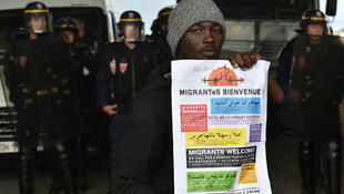 """Un homme lors d'une manifestation de soutien aux migrants et aux réfugiés dans la """"jungle"""" de Calais le 1er octobre 2016."""