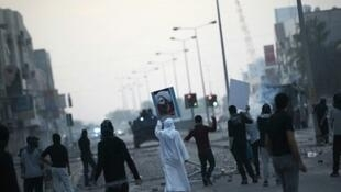 مواجهات بين متظاهرين والشرطة في قرية سترة (بمحافظة العاصمة) في 8 كانون الثاني/يناير 2016.