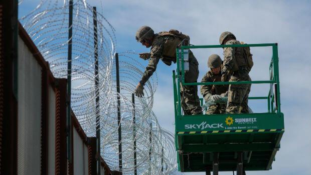 Los marines de Estados Unidos despliegan un cable de concertina en la frontera con México, como preparación para la llegada de una caravana de migrantes al cruce fronterizo de San Isidro en San Diego, California, EE. UU., el 15 de noviembre de 2018.