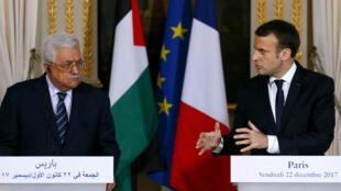 Mahmoud Abbas (g) et Emmanuel Macron lors d'une conférence de presse, à l'Élysée, le 22 décembre 2017.