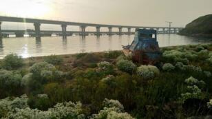 El estrecho de Kerch conecta el Mar Negro y el Mar de Azov. El nuevo puente de más de veinte kilómetros de longitud inaugurado en 2018 por el presidente ruso Vladímir Putin simboliza y sella la anexión de la península de Crimea a Rusia...