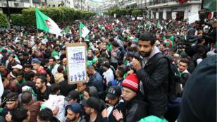 Des Algériens défilent lors d'une manifestation antigouvernementale dans la capitale, Alger, le 19 avril 2019.