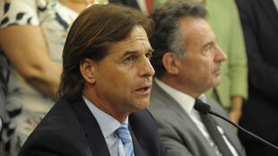 Esta imagen, divulgada por la Presidencia de Uruguay, muestra al presidente Luis Lacalle Pou durante una conferencia de prensa sobre la pandemia del nuevo coronavirus en Montevideo, el 13 de marzo de 2020
