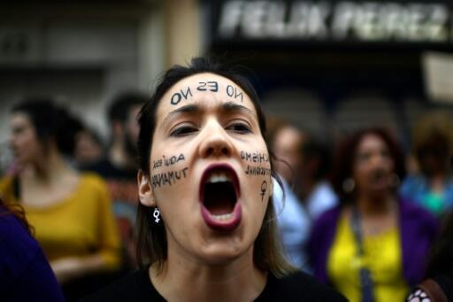 Una manifestante expresa su indignación el 26 de abril en Madrid, luego de un juicio que rechazó retener el delito de  violación contra cinco hombres que abusaron de una joven