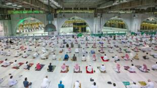 مصلون يؤدون صلاة الفجر في المسجد الحرام في مكة في 18 تشرين الأول/اكتوبر 2020 مع سماح السلطات باستئناف أداء الصلوات به