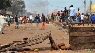 Des manifestants dans la banlieue de Conakry, le 14 avril 2015.