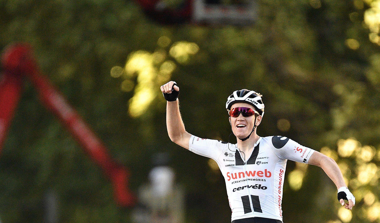El danés Soren Kragh Andersen del equipo Sunweb celebra su victoria en la meta de la etapa 14 del Tour de Francia, en Lyon, el 12 de septiembre de 2020.