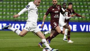 Le Turc Burak Yilmaz ouvre le score pour Lille sur le terrain de Metz, le 9 avril 2021