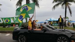 Les militants de Jair Bolsonaro fêtent avant l'heure la victoire de leur candidat devant son domicile à Barra de Tijuca.