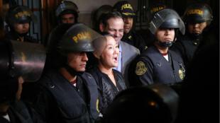 La líder opositora Keiko Fujimori sale de la Sala Penal Nacional tras ser ordenada su liberación, en Lima, Perú, el miércoles 17 de octubre de 2018.