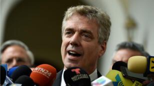 L'ambassadeur d'Allemagne au Venezuela, Daniel Kriener, s'adresse à des journalistes après une réunion avec le président autoproclamé par intérim du Venezuela, Juan Guaido, à Caracas, le 19février.