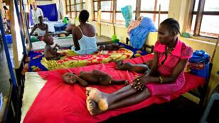 Des femmes photographiées avec leurs enfants souffrant de malnutrition dans une clinique de MSF à Aweil, au Sud Soudan, en octobre 2016.