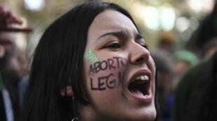Activistas a favor del aborto se manifiestan fuera del Congreso argentino en Buenos Aires, el 13 de junio de 2018, pidiendo la aprobación de un proyecto de ley que legalizaría el aborto. Los legisladores en la Argentina tradicionalmente conservadora comenzaron una sesión clave el miércoles antes de una votación divisiva sobre un proyecto de ley para legalizar el aborto.