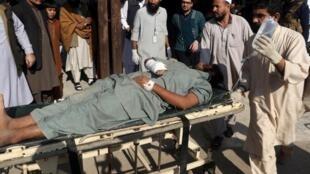 Un hombre herido en el atentado contra el Instituto de Agricultura, una escuela de formación agrícola en Khyber, es transportado al hospital. Peshawar, Pakistán, el 1 de diciembre de 2017