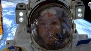 صورة سيلفي حقيقية التقطها رائد الفضاء الفرنسي توماس باسكيه في 13 يناير/كانون الثاني 2017 وهو يطفو خارج محطة الفضاء الدولية، ونشرتها الناسا في 24 فبراير/شباط 2017