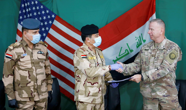 العميد الأمريكي فنسنت باركر يصافح الجنرال العراقي محمد فاضل، جنوب الموصل، العراق، 26 مارس/آذار 2020.