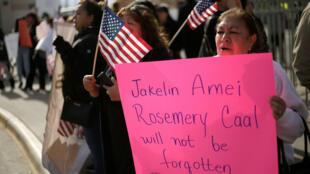 Una mujer sostiene una pancarta de Jakelin Caal, la niña guatemalteca de 7 años que murió bajo custodia de los EE. UU., después de cruzar ilegalmente de México a los EE. UU., 15 de diciembre de 2018.