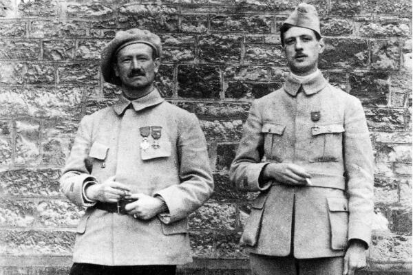 Une photo de Charles de Gaulle lors de sa captivité en Bavière. L'identité de l'homme à sa droite n'est pas connue.